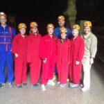 die Schüler/innen der 7bs gemeinsam mit Christian Braun beim Eingang zur Koppenbrüllerhöhle